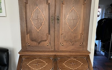 A Danish oakwood bureau cabinet inlaid with intarsia. Mid-18th century. H. 210 cm. W. 120 cm. D. 25/60 cm.