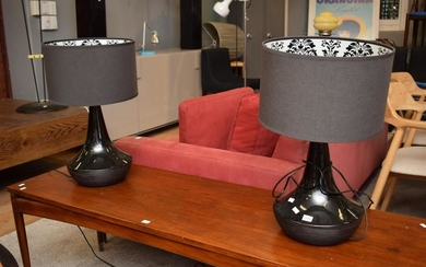 A PAIR OF TABLE LAMPS WITH BLACK CERAMIC BASE AND BLACK SHADES WITH DAMASK PATTERNED INTERIOR