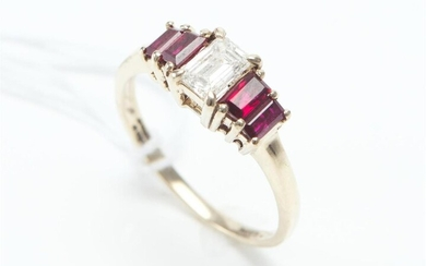 A RUBY AND DIAMOND RING IN 18CT GOLD, FEATURING A BAGUETTE CUT DIAMOND OF 0.43CT, FLANKED BY FOUR BAGUETTE CUT RUBIES TOTALLING 0.74...