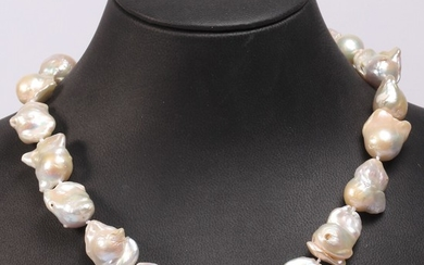 A pearl necklace with a clasp of sterling silver set with numerous cultured freshwater pearls. Pearl diam. app. 1.5 cm. L. app. 47 cm.
