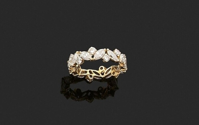 ALLIANCE in 750 thousandths yellow gold, entirely set with twenty-four round brilliant and shuttle-cut diamonds. Finger size: 48. Gross weight: 2.3 g. Yellow gold wedding band set with round and shuttle diamonds.