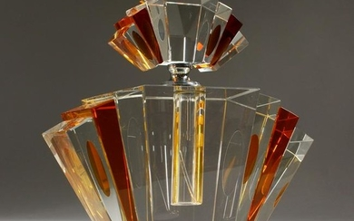 AN ART DECO STYLE AMBER AND CLEAR GLASS SCENT BOTTLE.
