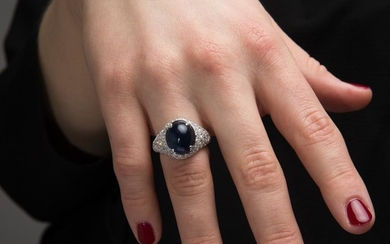 BAGUE JONC SAPHIR CABOCHON A sapphire, diamond and gold ring.