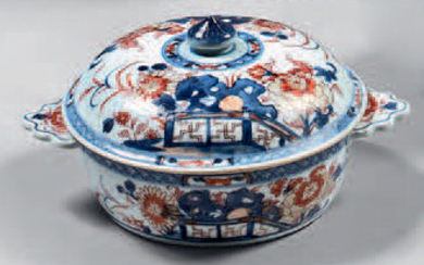 China porcelain bowl and lid. 18th century. Circular shape, flattened handles, Imari decoration of hedges and flowered rocks, small restoration on the edge of the lid, small wears.