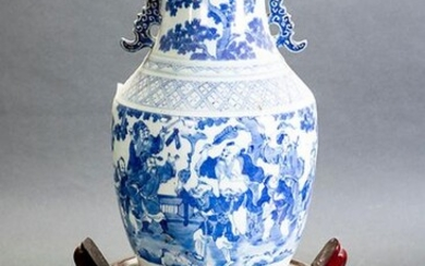Chinese vase in white and blue porcelain. Early 19th century. On carved wooden base. Height: 42 cm. Exit: 300uros. (49.916 Ptas.)