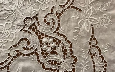 Elegant hand-embroidered tablecloth (1) - Linen - 1950-70