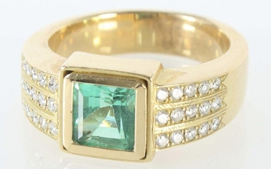 Emerald ring modern, yellow gold 750, wide ring band, set with a square-cut emerald (approx. 1.35 ct) in the centre, the shoulders set with a total of 30 diamonds (total approx. 0.3 ct), each divided into 3 rows, with hallmark of fineness and falcon...