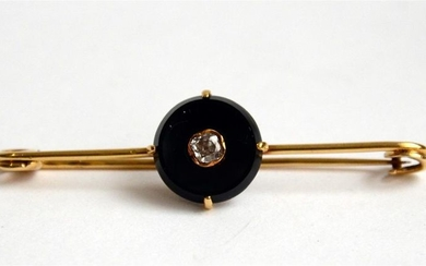 Gold (750) brooch set with an onyx disc...