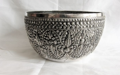 Old silver Bowl with driven performances - Silver - Burma - mid-20th century