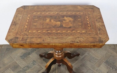 Pedestal table in veneer marquetry, the top decorated with an antique scene depicting a chariot.
