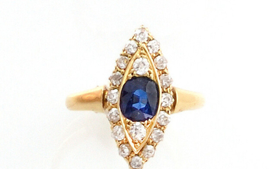 RING in 18K yellow gold in the shape of a shuttle decorated with an oval-cut sapphire in a ring of old-cut diamonds. TDD: 51. Gross weight : 3.44 gr. A yellow gold ring with a sapphire and diamond.