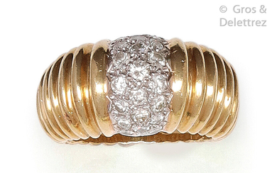 """Ring """" Dôme """" in gadrooned yellow gold, adorned with a pavé of brilliant-cut diamonds. Tour of doigt : 51. P. Brut : 12.6 g."""