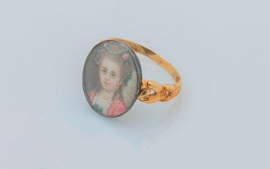 Ring in 18 karat yellow gold (750 thousandths) and silver (800 thousandths) twisted, decorated with a painted miniature representing a young fashionable woman of the 18th century adorned with all her jewels. Finger size: 52 Gross weight: 3.6 g