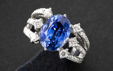 Ring in white gold (18 carat) with a corpus with three bands, set with brilliant, and with a central oval cut tanzanite with beautiful color - in total : ca 5 carat sapphire and ca 1 carat white (G/H) quality brilliant (Vs/Si) || Ring in white gold (18...