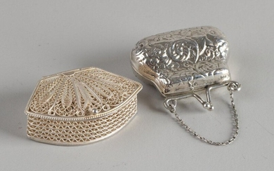 Two silver boxes with one box in the shape of a purse with processing, 835/000, with chain, 4x4 cm and a Havdala spice box, 925/000, made of filigree with hinged lid. 3x4.5x1.5cm. Total approx. 29 grams. In good condition