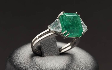 emerald and diamonds gold ring !8 kt white gold ring....