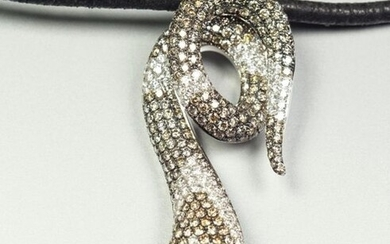 18K (750/oo) white gold pendant featuring a snake paved with white brilliant-cut diamonds and cognac. Total weight of diamonds approximately 4 carats. It is held by a black leather cord, the clasp in 18K (750/oo) white gold. Gross weight: 19 g.