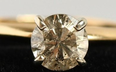 A 14CT YELLOW GOLD AND DIAMOND SOLITAIRE RING.