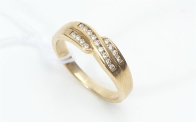 A CHANNEL SET DIAMOND RING IN 9CT GOLD, SIZE P, 3.2GMS