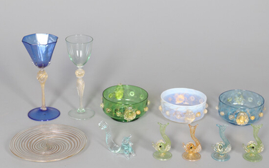 A COLLECTION OF VENETIAN COLOURED AND GOLD SPLASHED GLASS.