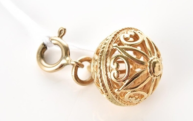 A FILIGREE BALL CHARM IN 9CT GOLD, 5.3GMS