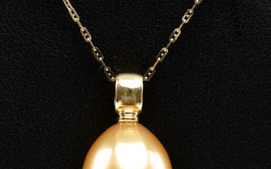 A GOLDEN SOUTH SEA PEARL PENDANT AND CHAIN, IN 18CT GOLD