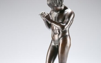 AN EARLY 20TH CENTURY PATINATED BRONZE FIGURE, cast as