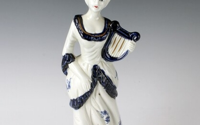 BLUE & WHITE PORCELAIN FIGURINE OF LADY & LYRE