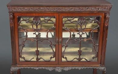Chippendale style display cabinet, pp. s. XX. In mahogany wood with refined carving work. Size: 112x44x120 cm. Exit: 200uros. (33.277 Ptas.)