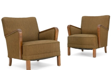Danish cabinetmaker: A pair of easy chairs with oak and beech legs, patinated oak armrests. Upholstered with brownish green wool. (2)