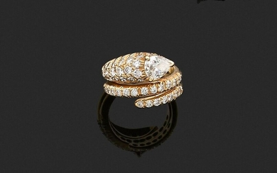 RING in 750 thousandths yellow gold featuring a coiled snake, the body partially set with round brilliant diamonds, the head adorned with a larger pear diamond. Finger size: about 43. Gross weight: 7.2 g. Assumed weight of the main diamond about 0.50...
