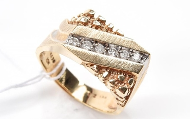 A DIAMOND SET SIGNET RING IN 10CT GOLD, SIZE X, TOTAL WEIGHT 7.9GMS