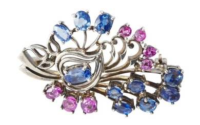 A SAPPHIRE FLORAL BROOCH IN SILVER, 41X27.5MM, 9GMS