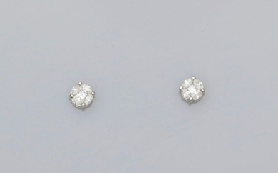 Charming earrings each drawing a white gold flower, 750 MM, covered with princess cut and shuttle cut diamonds, 6 x 6 mm, weight: 2,1gr. rough.