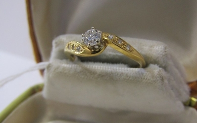 DIAMOND RING, 18ct yellow gold diamond ring with central dia...