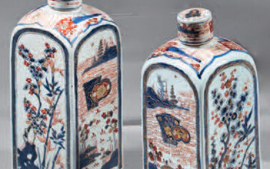 Pair of bottles and their lids made of Chinese porcelain.