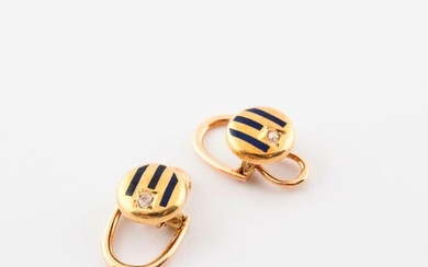 Pair of collar buttons in yellow gold (750) with blue enamelled grooves and small rose-cut diamonds in grain-set.