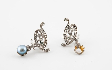 Pair of ear clips in white gold (750) and platinum (850) adorned with rose-cut diamonds in gem-set and holding a pendant-shaped bezel, one adorned with a grey cultured pearl, brought back.