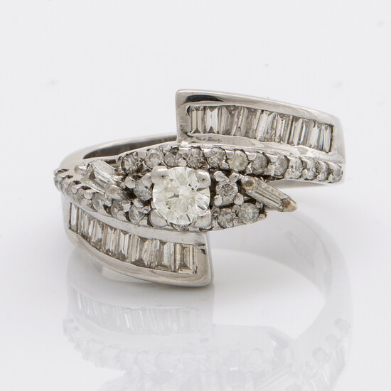 RING 18K whitegold with brilliasnt and baguette-cut diamonds approx 1,20 ct in total