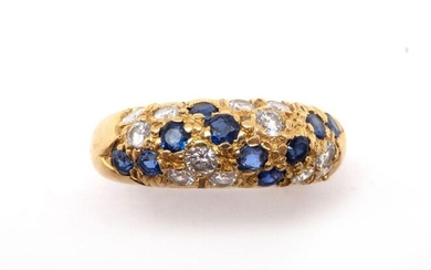 RING RING in 18K yellow gold holding a pavé of brilliant-cut diamonds and sapphires. French work. TDD : 52. Gross weight : 7.20 gr. A gold, sapphire and diamond ring.