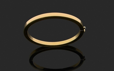 Rigid BRACELET opening, in plain 750 thousandths yellow gold, the clasp adorned with a round brilliant cut diamond. Wrist circumference about 17.5 cm. Gross weight : 25 g. (wear and tear). Rigid bracelet in yellow gold the clasp adorned with a diamond.