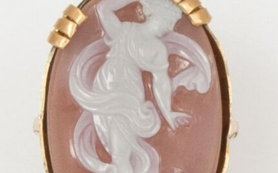 Ring in 14K yellow gold, set with an oval cameo on agate representing a nymph. The ring chiselled with volutes. Finger size: 50. P. Gross: 8.7g. (accidents)