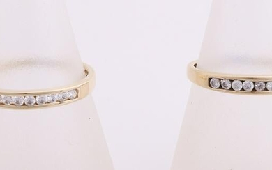 Two yellow gold rings, 585/000, with zirconia. Two