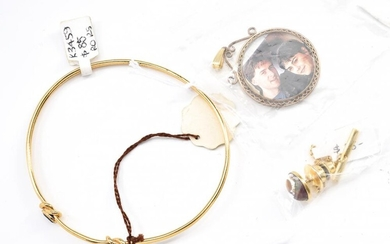 A COLLECTION OF ASSORTED JEWELLERY INCLUDING SAPPHIRE SET GOLD PLATED BANGLE, STONE SET TIE PIN AND GOLD LINED LOCKET