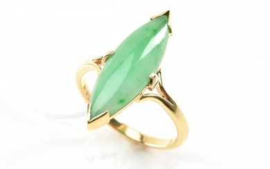 A JADE RING IN 14CT GOLD, SIZE N