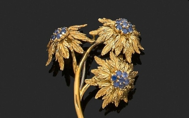 FLOWER BROCHURE in 750 thousandths yellow gold engraved, the pistils set with small round sapphires. Foreign work. Height. 4 cm. Gross weight : 14.1 g. Flower brooch in yellow gold, the pistils adorned with sapphires.