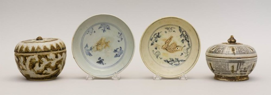 "FOUR PIECES OF SOUTHEAST ASIAN STONEWARE Two underglaze blue and bisque fish-pattern dishes, diameters 5"", a Sawankhalok covered jar..."