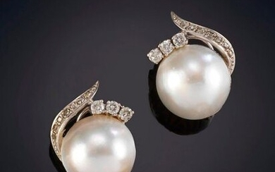 MABÉ PEARLS EARRINGS DECORATED WITH BRIGHTNESS, original plant design. Monura in 18k white gold. Output: 400,00 Euros. (66.554 Ptas.)