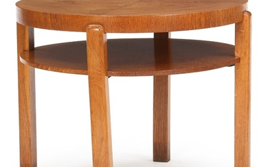 Magnus L. Stephensen, attributed: Circular coffee table of patinated oak with underlying shelf. H. 49 cm. Diam. 60 cm.