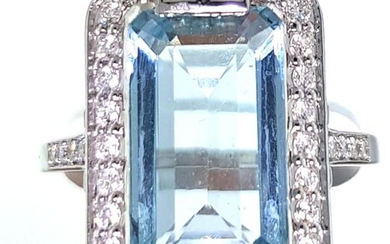 Ring in white gold 750°/°°°sertie of a rectangular aquamarine of approx. 5 ct. with a diamond ring, Finger size 53, Gross weight: 3,78g